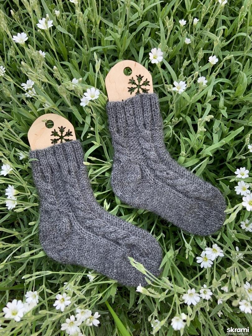 тут изображено Детские вязаные носки