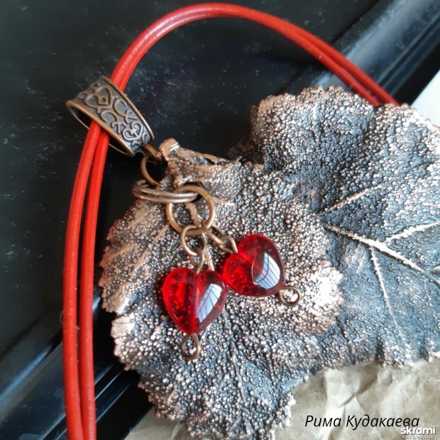 тут изображено Кулон ′Влюбленные сердца′