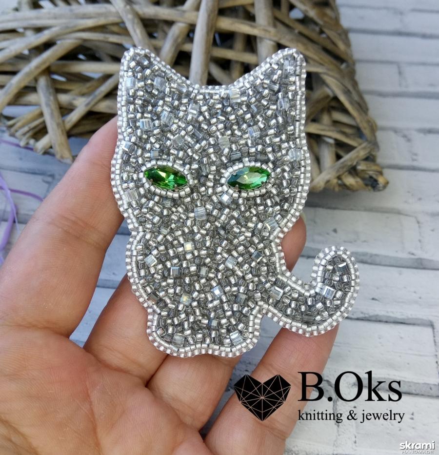 тут изображено Брошь ′Серый кот′
