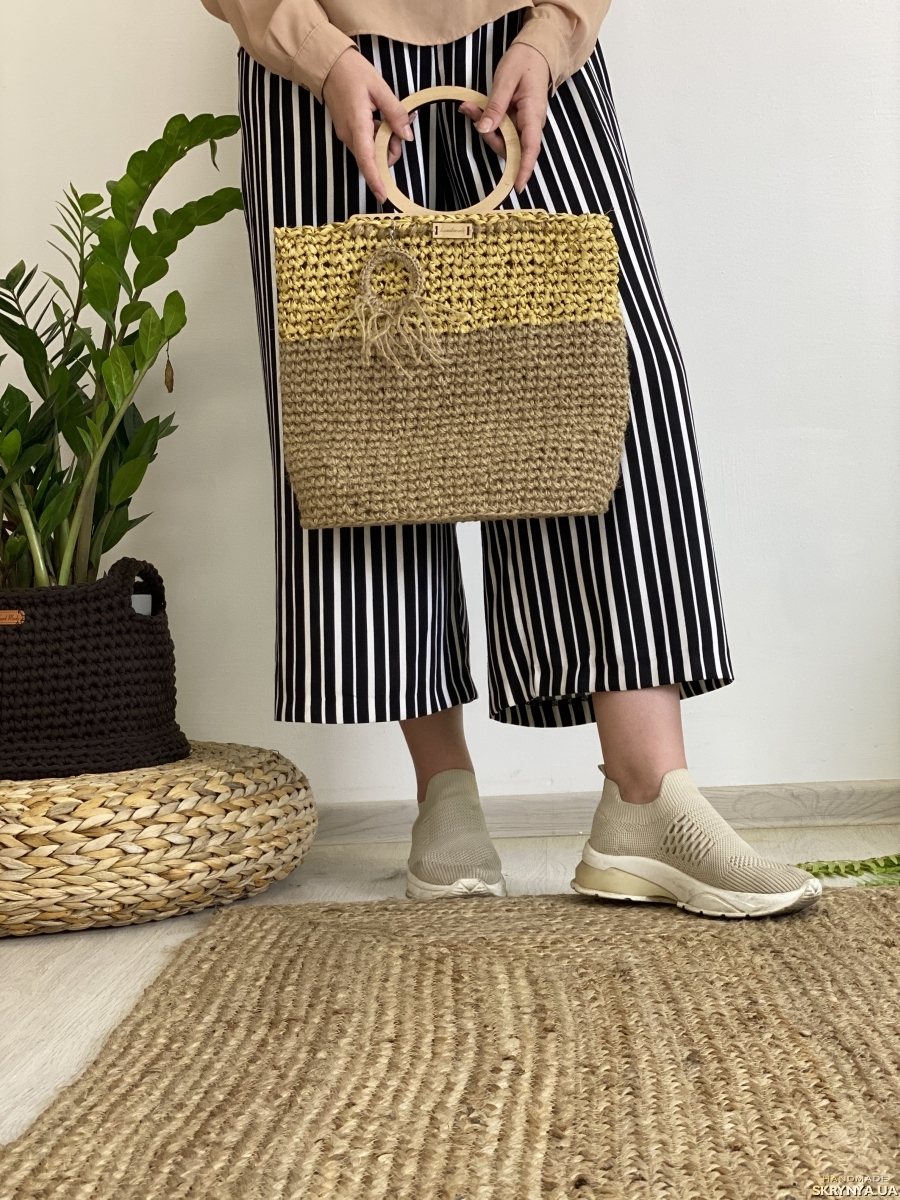 pictured here Jute and raffia bag with wooden handles