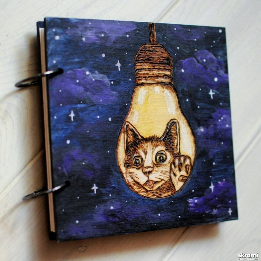тут изображено Блокнот из дерева 16х16см ′Звездный кот в лампочке′
