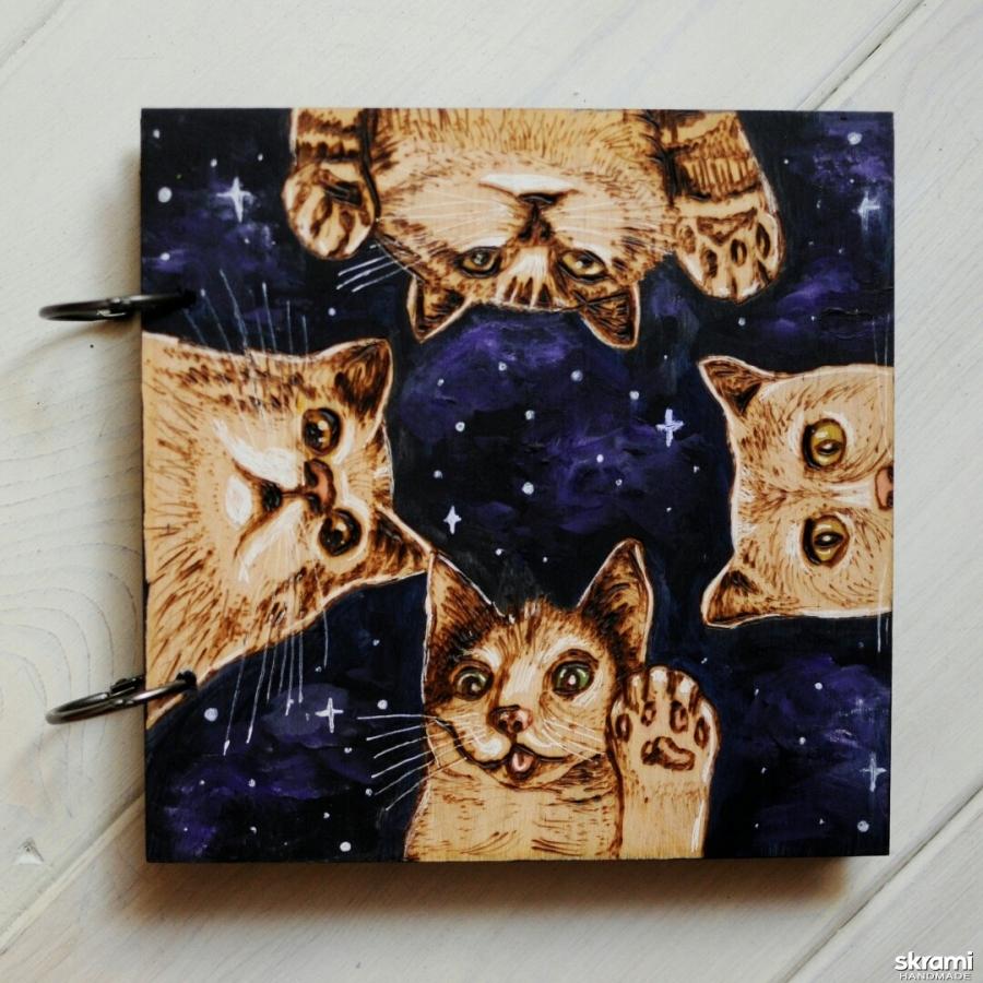 тут изображено Блокнот из дерева 16х16см ′Звездные коты′