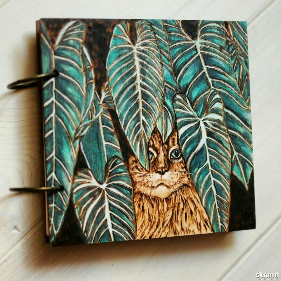 тут изображено Блокнот из дерева 16х16см ′Кот в джунглях′