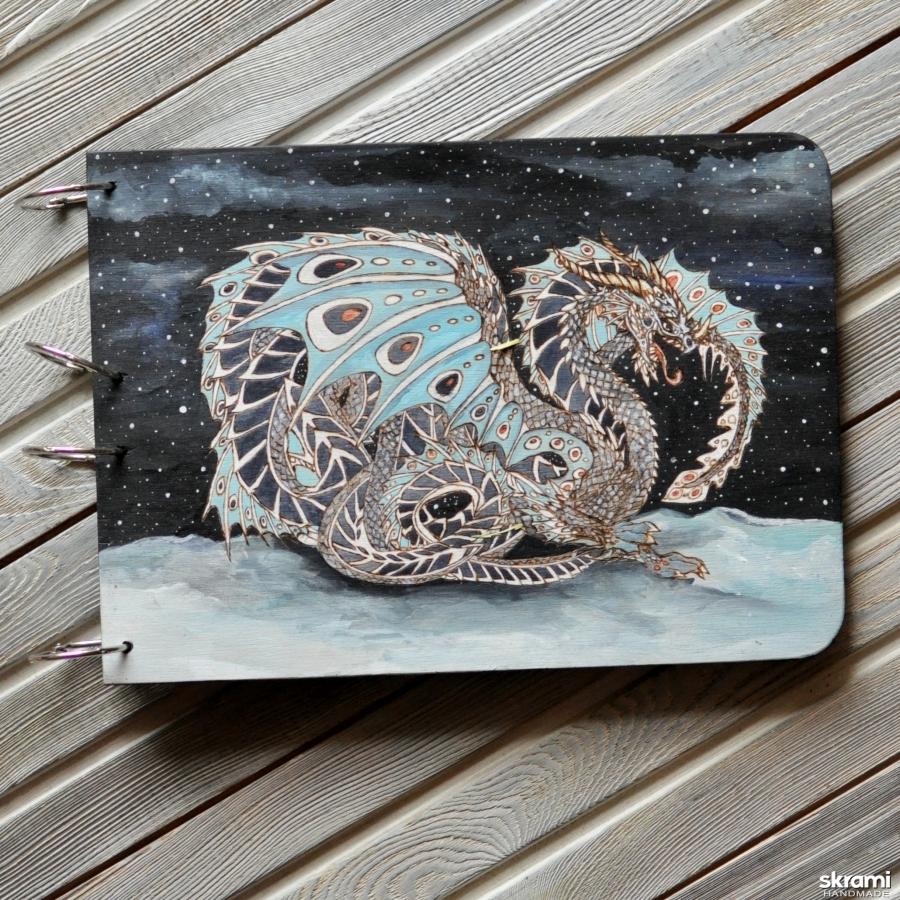 тут изображено Блокнот из дерева А4 ′Снежный дракон′