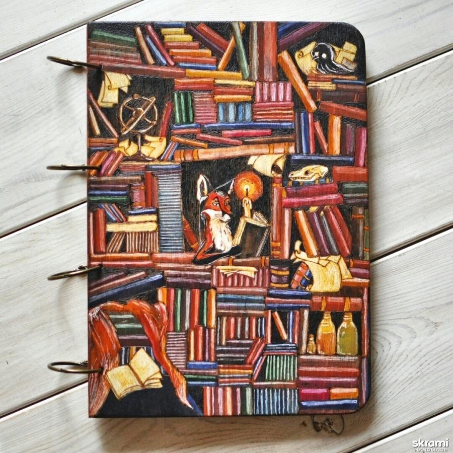 тут изображено Блокнот из дерева А4 ′Лис в библиотеке′