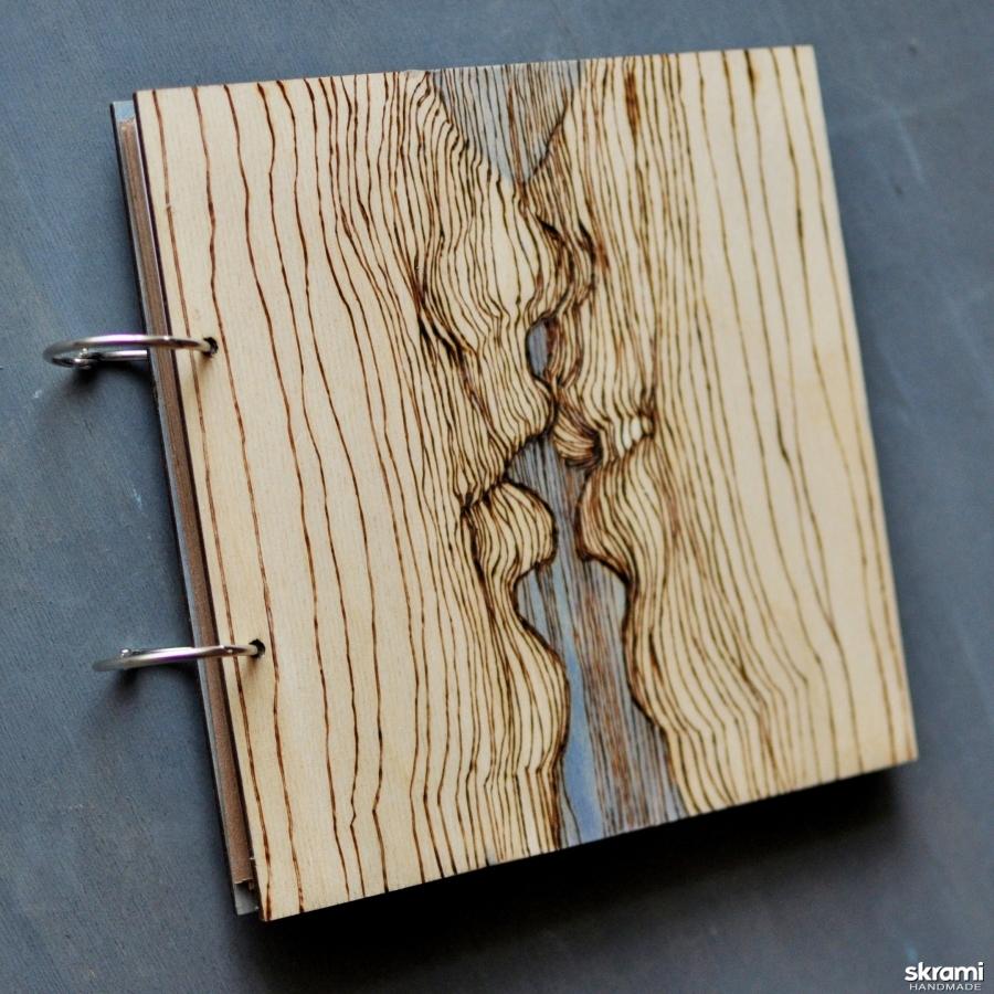 тут изображено Блокнот из дерева 22х22см ′Поцелуй′