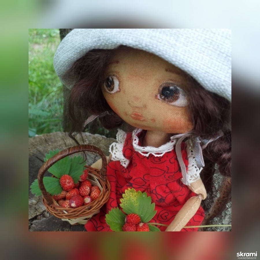 тут изображено Куколка-земляничка