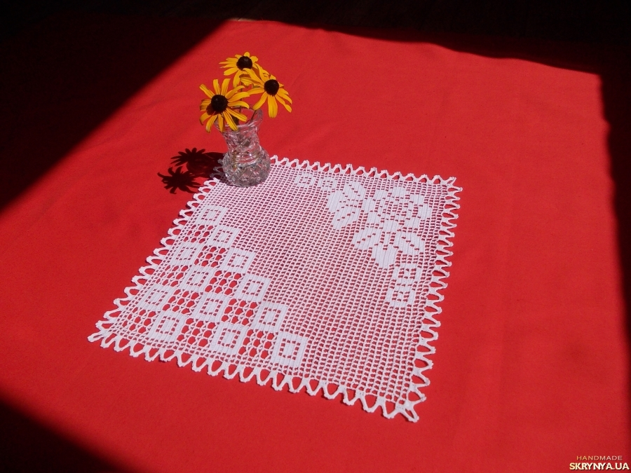pictured here Serving crochet doily ′Chess and Roses′