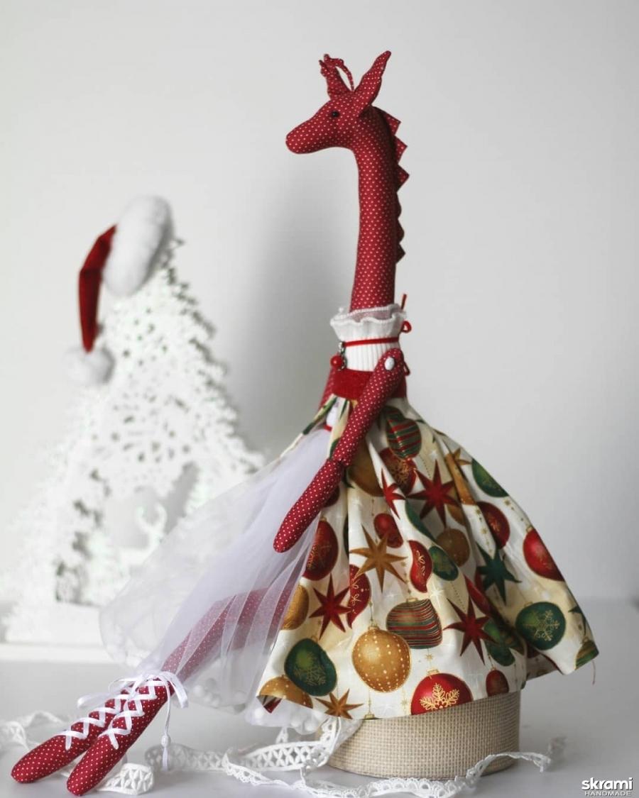 тут изображено Текстильная жирафа скоро Новый год.