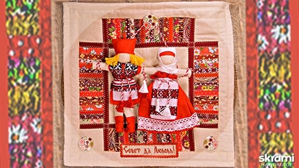 тут изображено Неразлучники на коврике 38х38 см. Народная свадебная кукла.