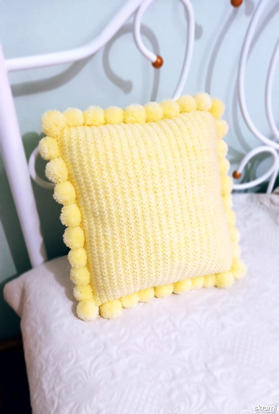 тут изображено Вязаная декоративная подушка