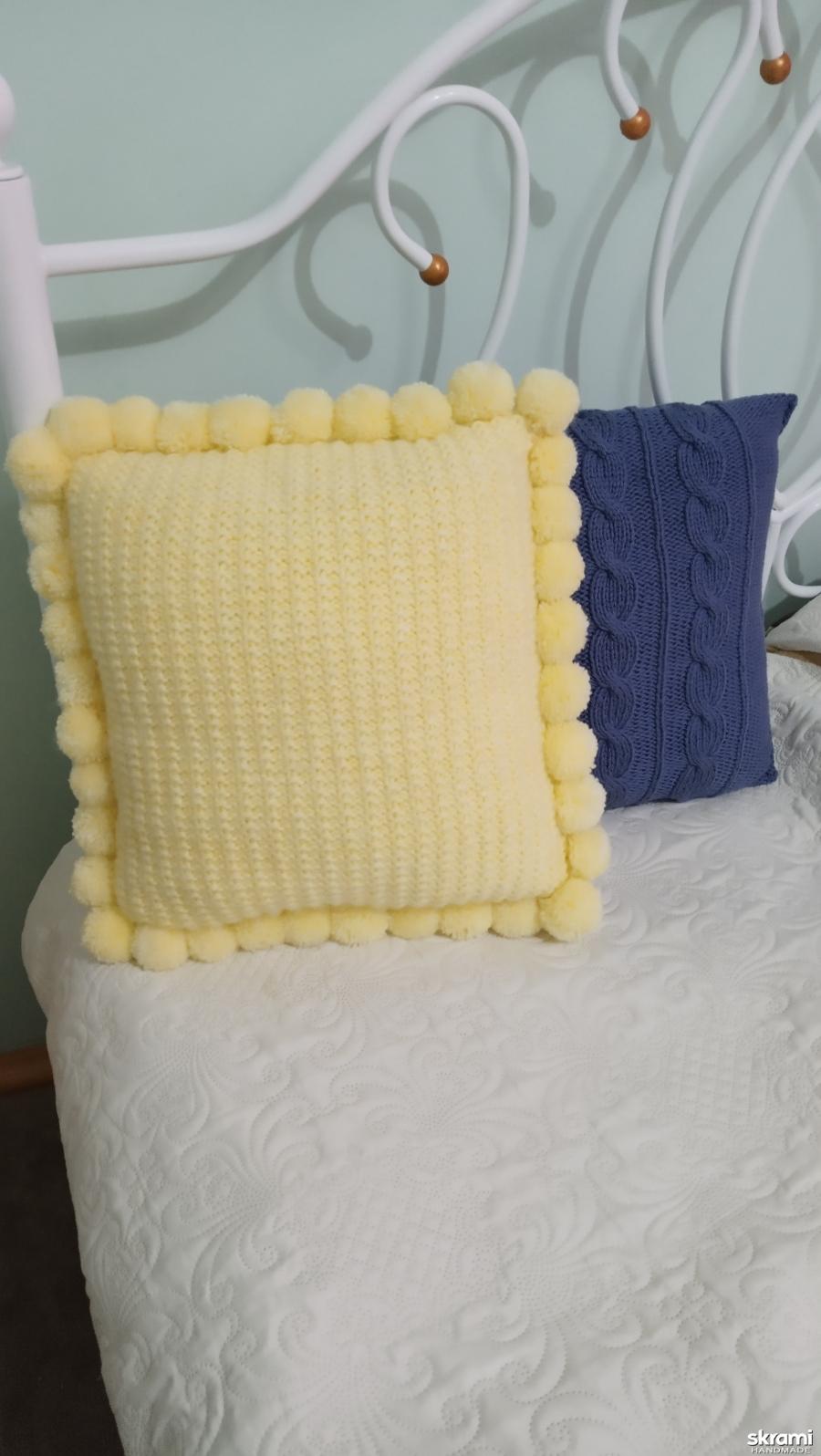 Вязаная декоративная подушка