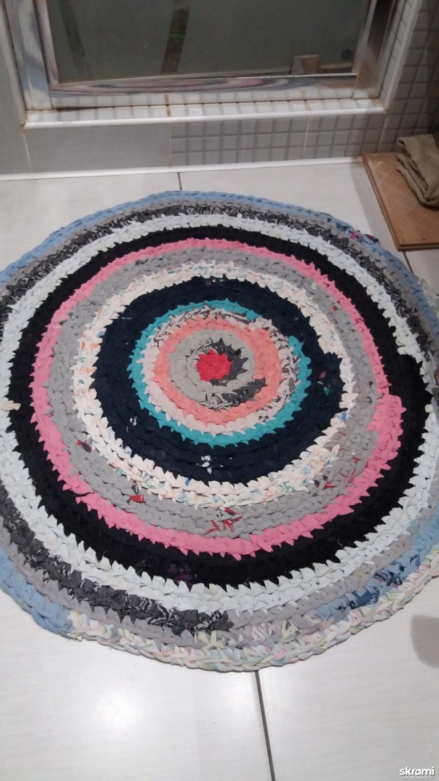 тут изображено Вязаный коврик ручной работы
