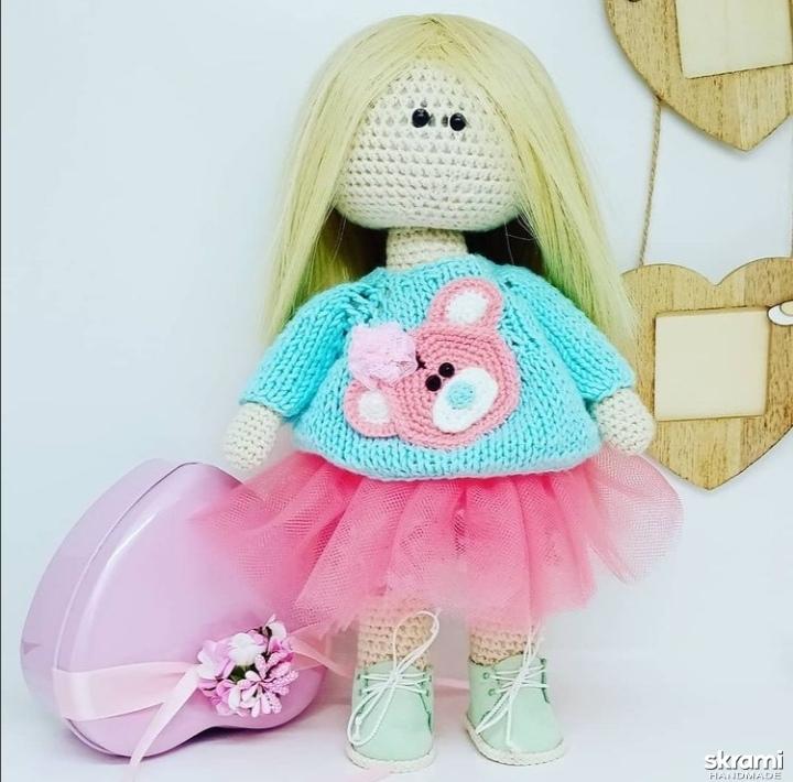 тут изображено Вязаная куколка.