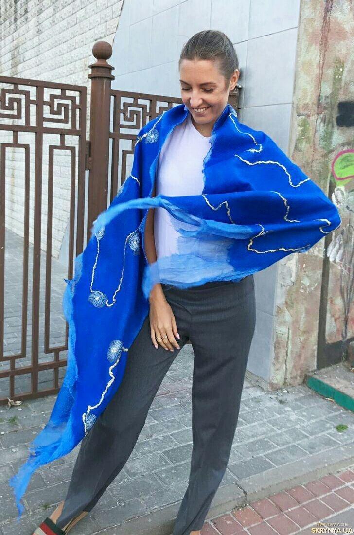 тут изображено Теплый женский валяный палантин ярко-синий