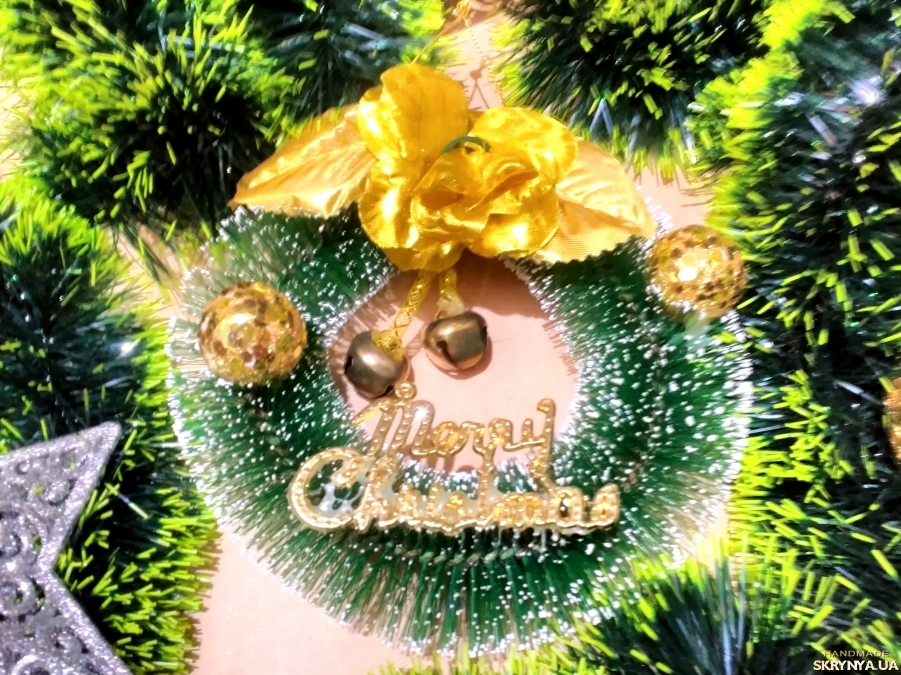 pictured here Christmas wreath on the door of the small size
