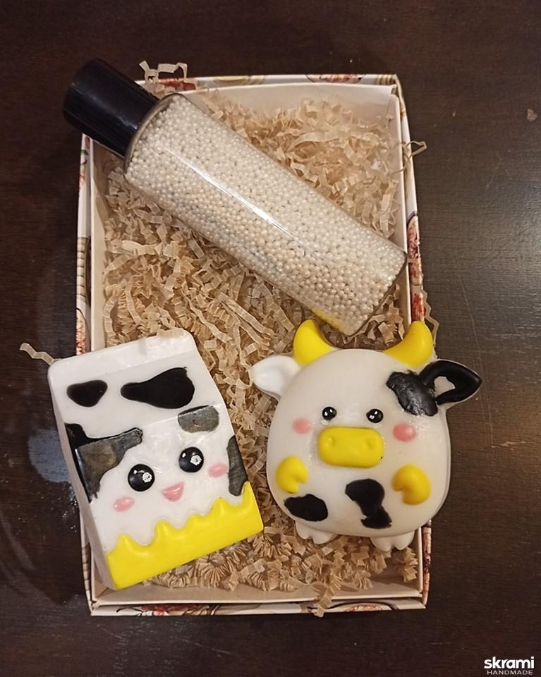 тут изображено Набор мыла ′Коровка и пакет молока′