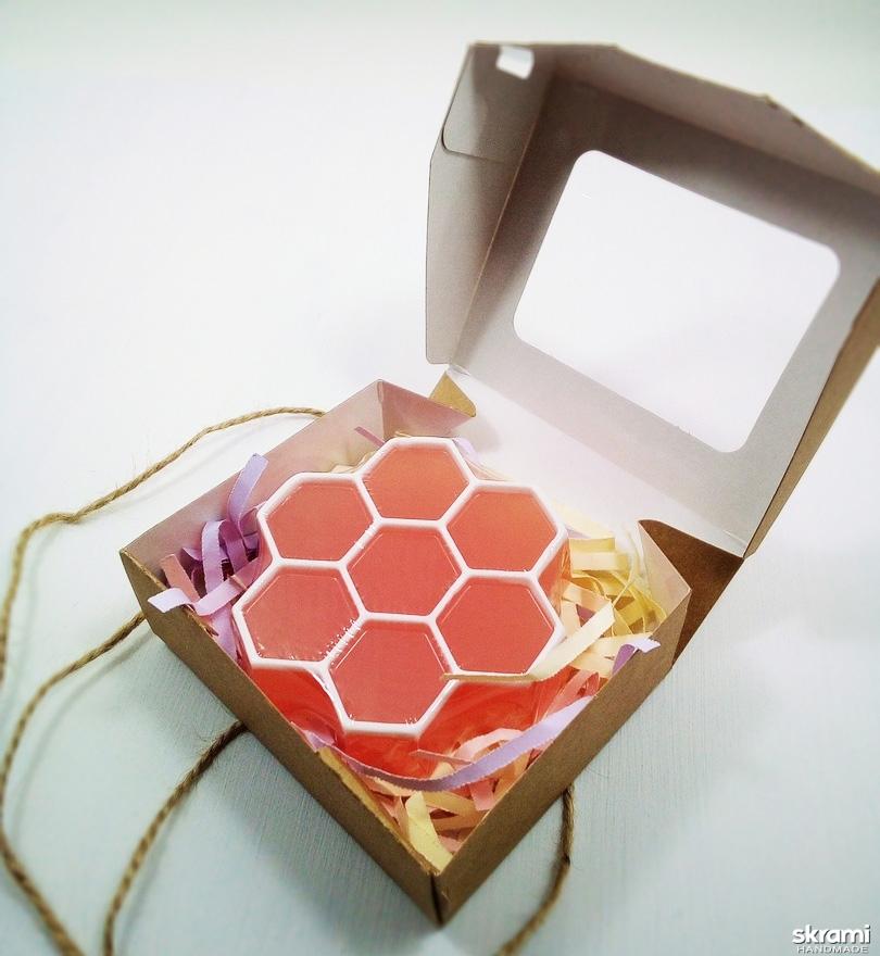 тут изображено Мыло ′Соты′ с медовым ароматом