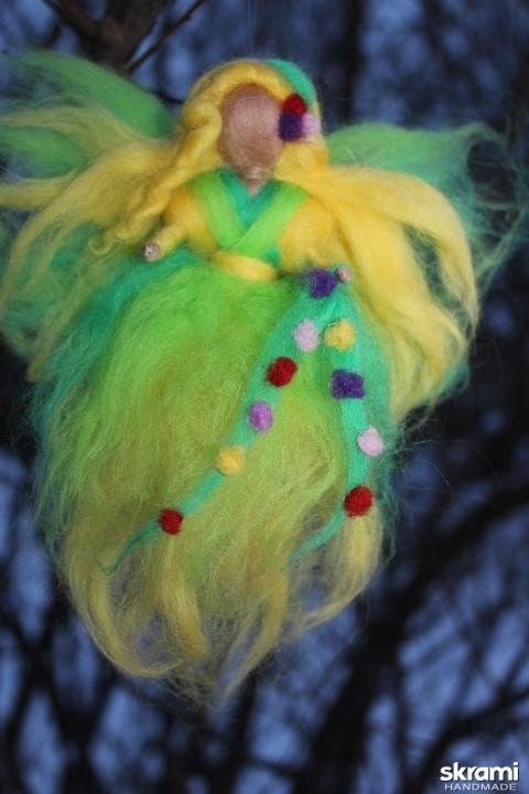 тут изображено Кукла из шерсти Фея весны