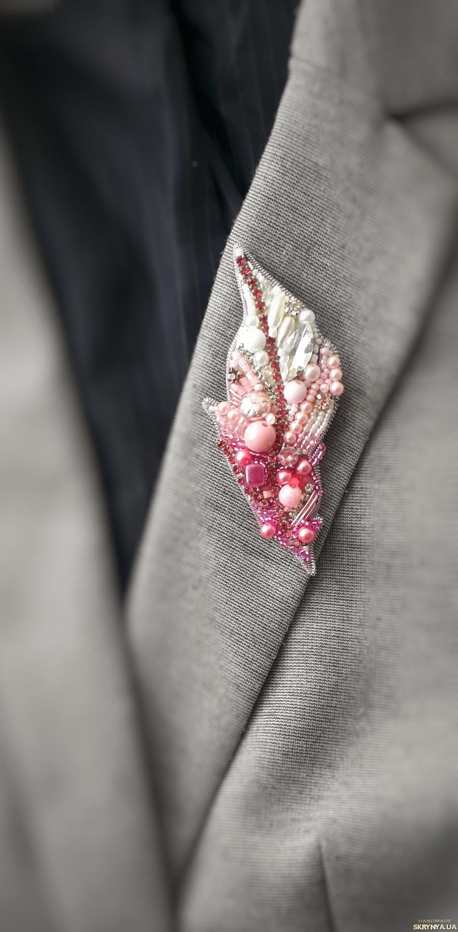 тут изображено Брошь из бисера и страз ′Розовое перышко′.