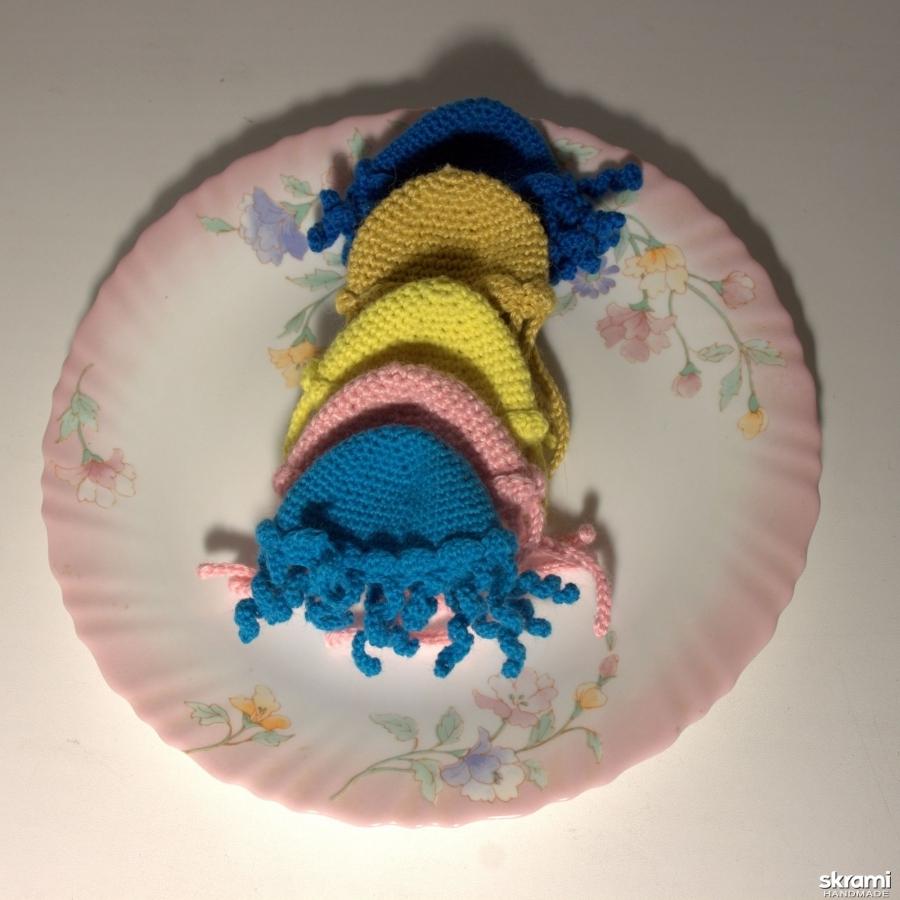 тут изображено Набор из 5 вязанных шапочек-грелок ′Медуза′ для яиц