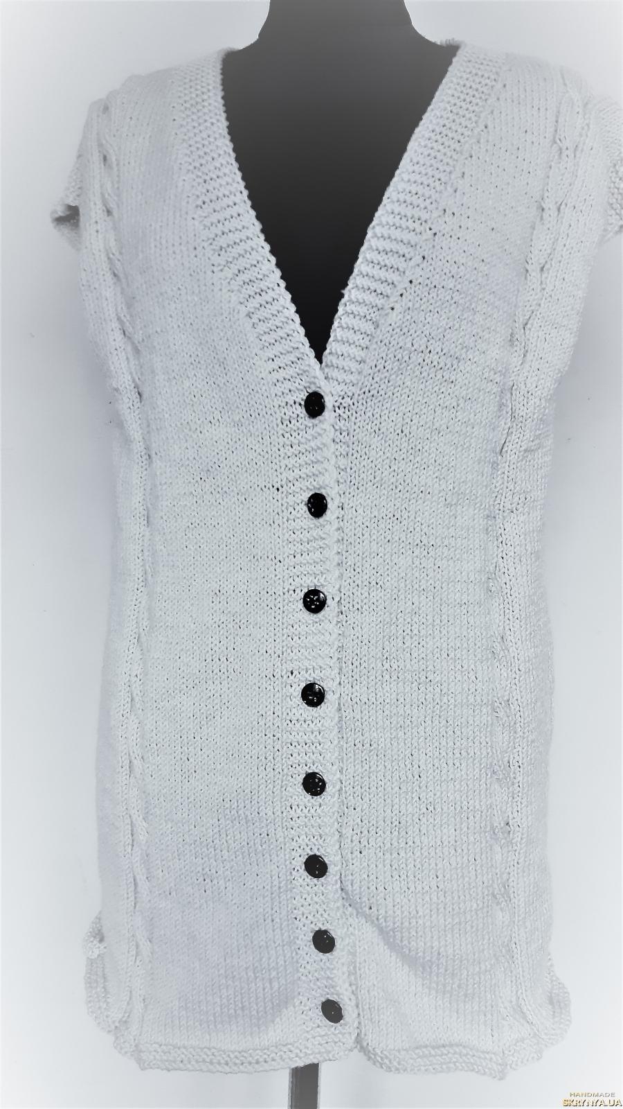 тут изображено Теплая, женская жилетка ручной работы светло серого цвета, размер 54-56.