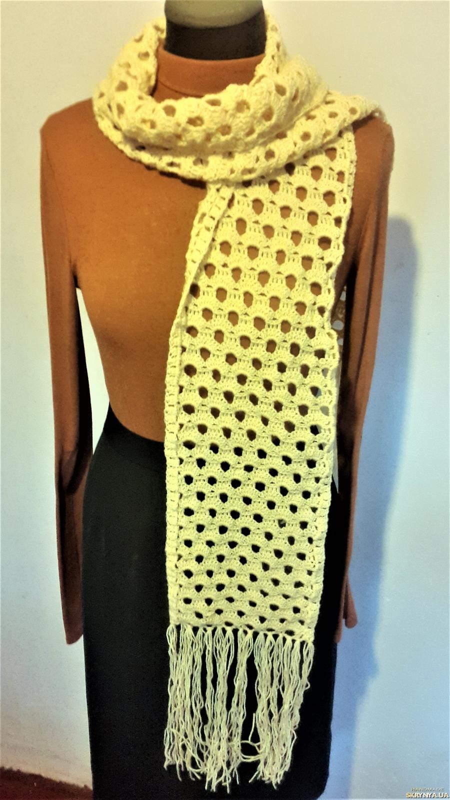 тут изображено Длинный, теплый, ажурный, женский шарфик медового цвета ручной работы