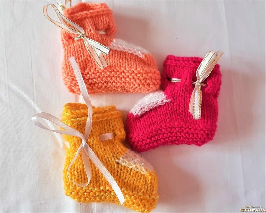 pictured here Теплые вязанные пинетки на завязках разных цветов на девочку 3 - 6 месяцев.