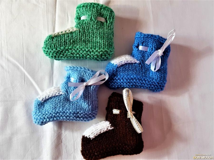 pictured here Вязанные теплые пинетки для мальчика разных цветов на 3 - 6 месяцев.