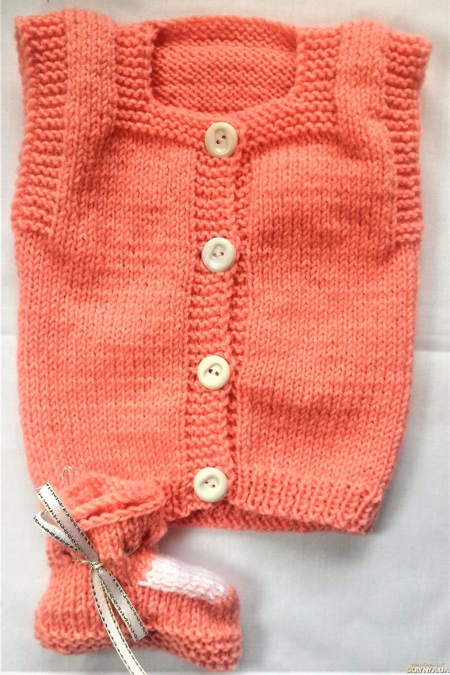 pictured here Комплект на девочку ручной вязки персиковый с белой отделкой на 3-6 мес.