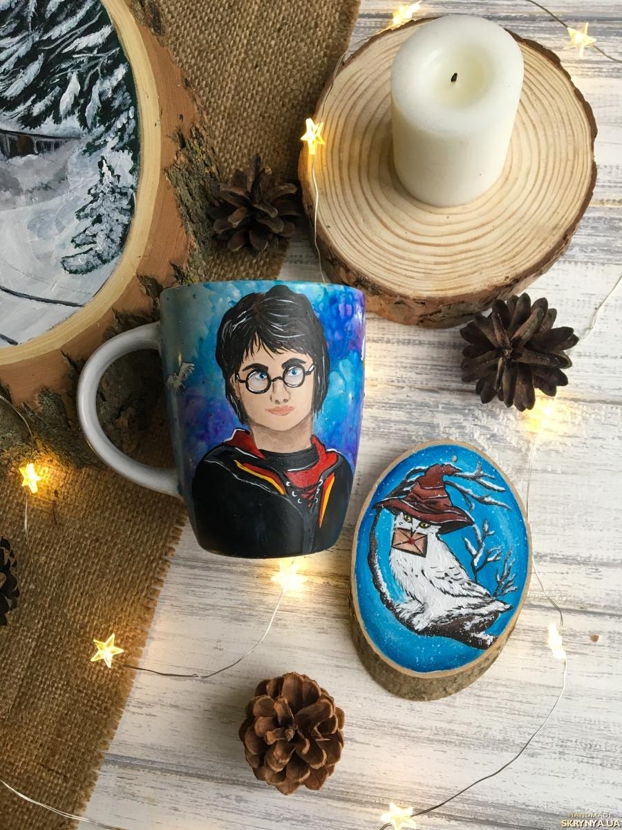 pictured here Чашка з портретом Гаррі Поттера.