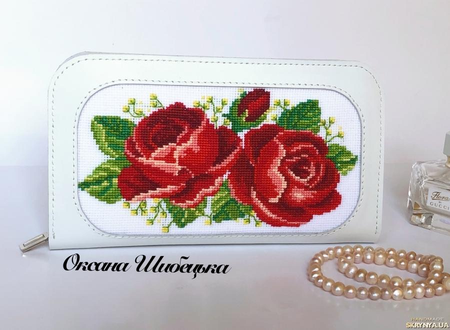 pictured here Білий жіночий шкіряний гаманець з вишивкою