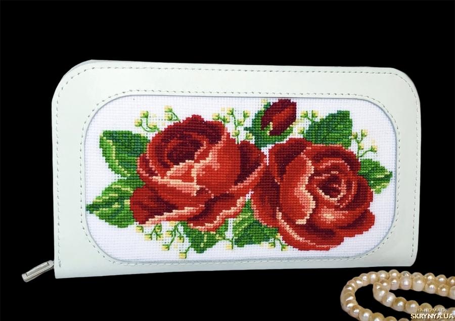 Білий жіночий шкіряний гаманець з вишивкою