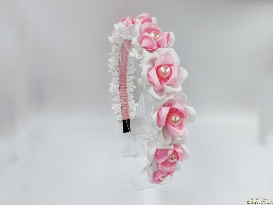 тут изображено Ободок з біло-рожевими квітами