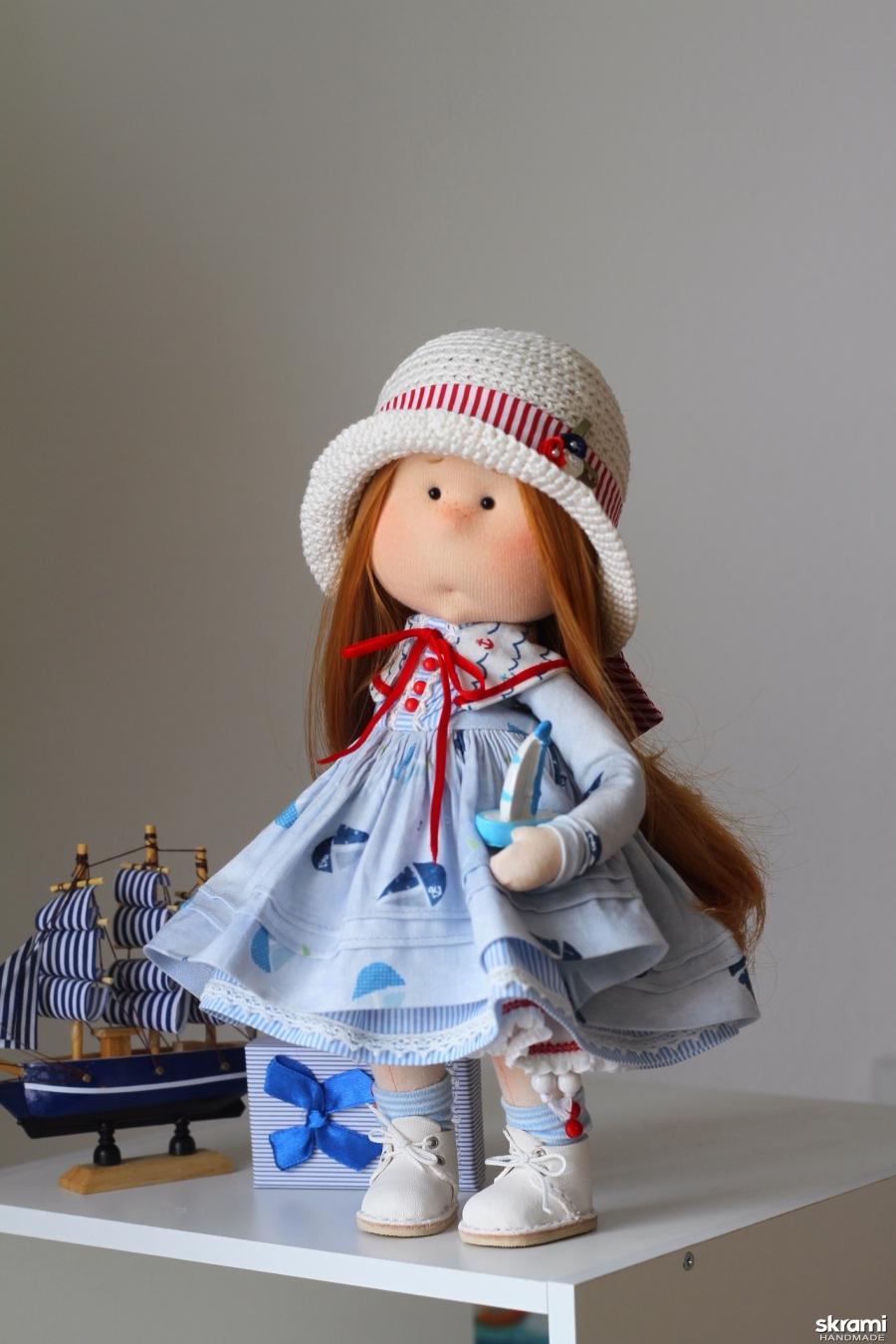 тут изображено Тася интерьерная текстильная кукла морячка