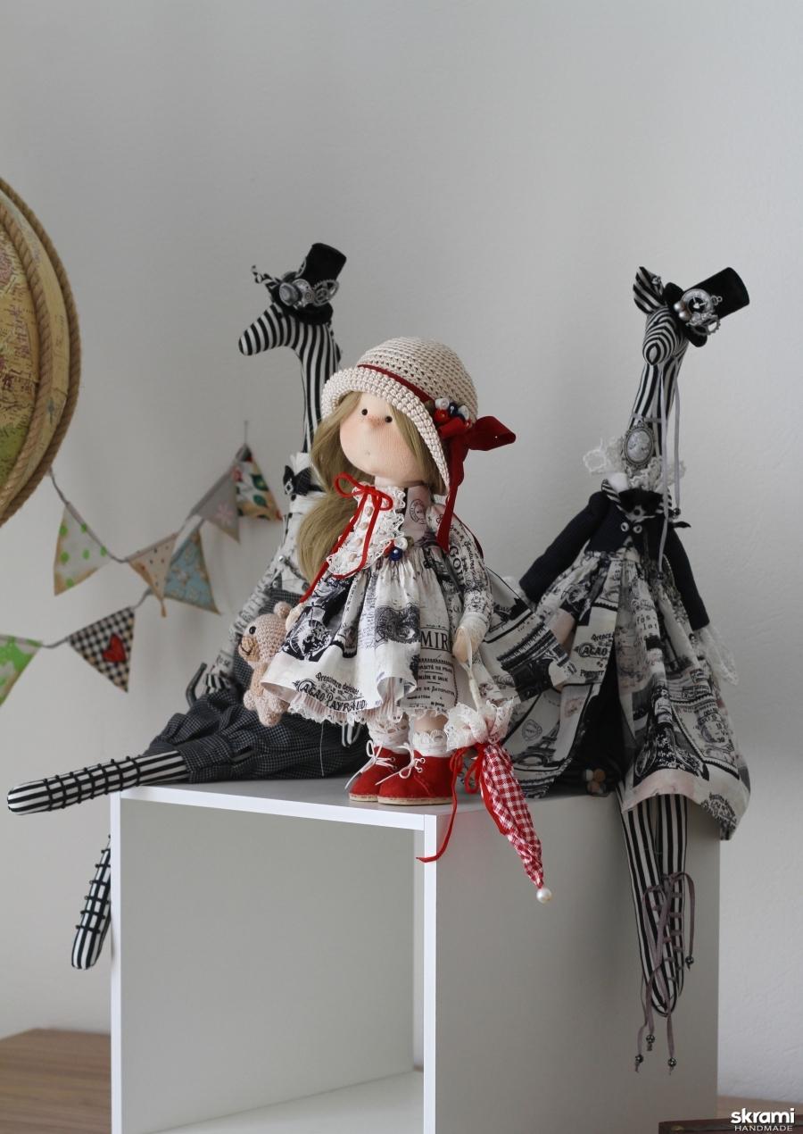 тут изображено Интерьерная текстильная кукла Путешественница