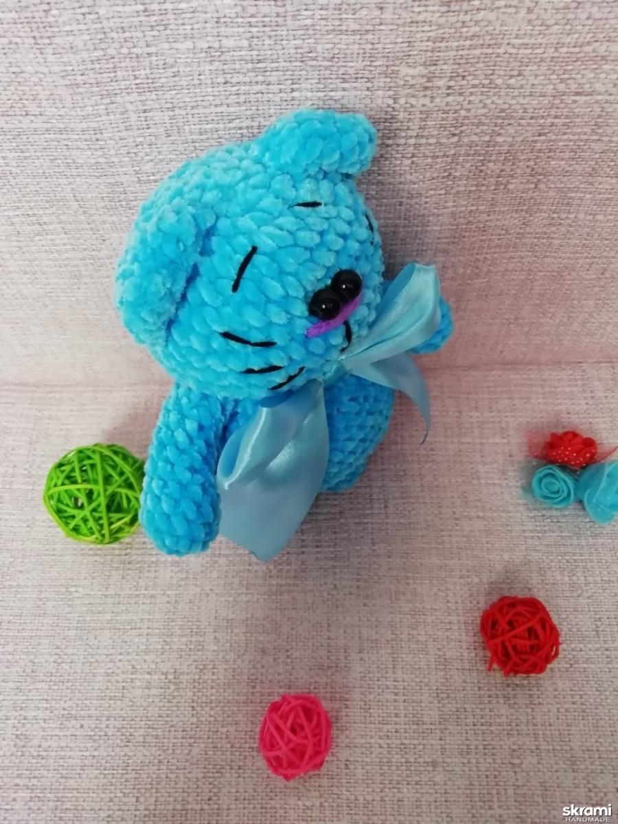 тут изображено Вязаный голубой кот