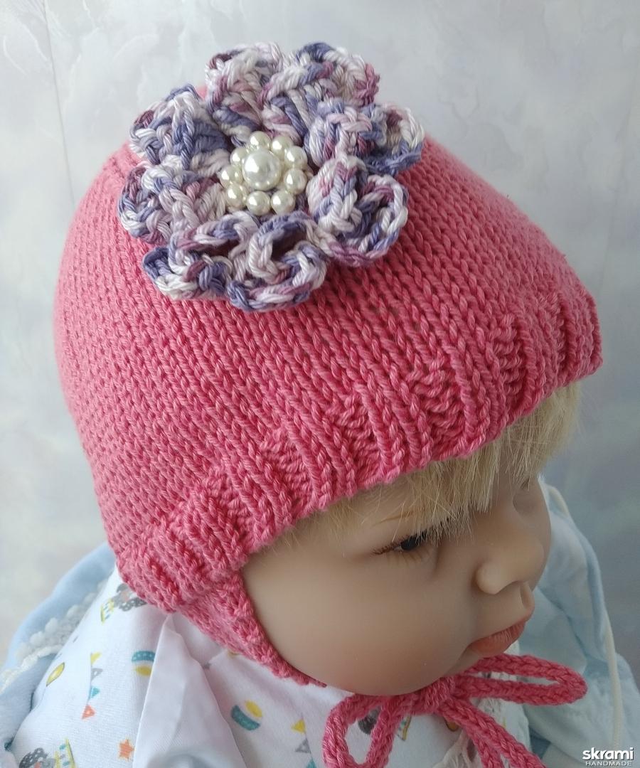 тут изображено Детская вязаная шапочка с цветком