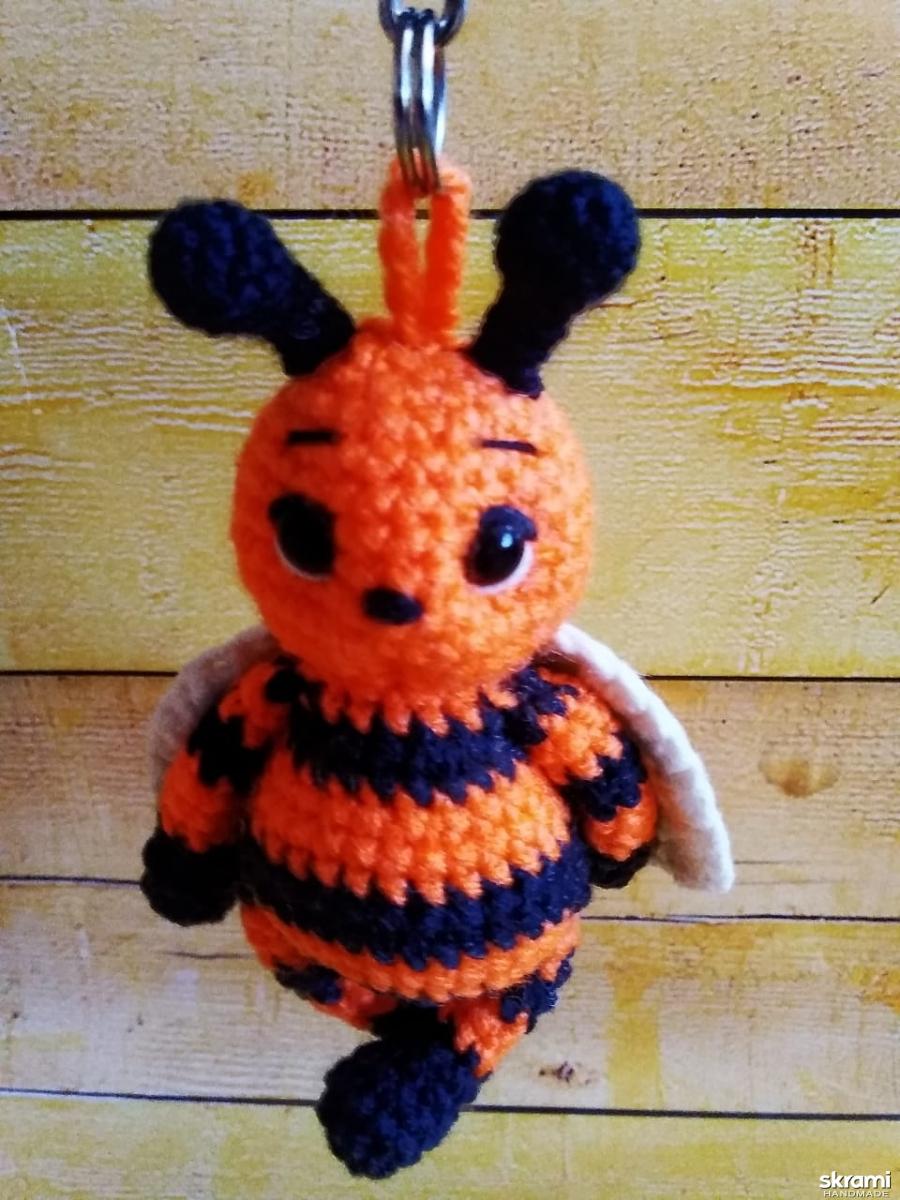 тут изображено вязаный брелок Пчелка  шмель