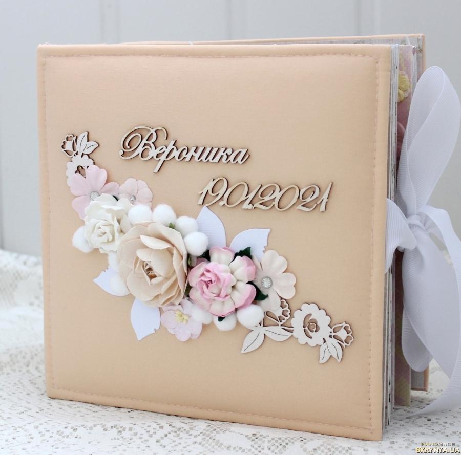тут изображено Альбом ручной работы для новорожденной девочки на первый год жизни