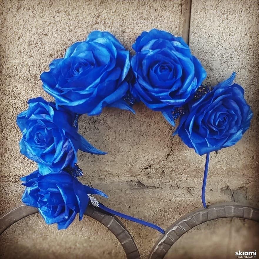 тут изображено Ободок «Цвет настроения Синий» с розами