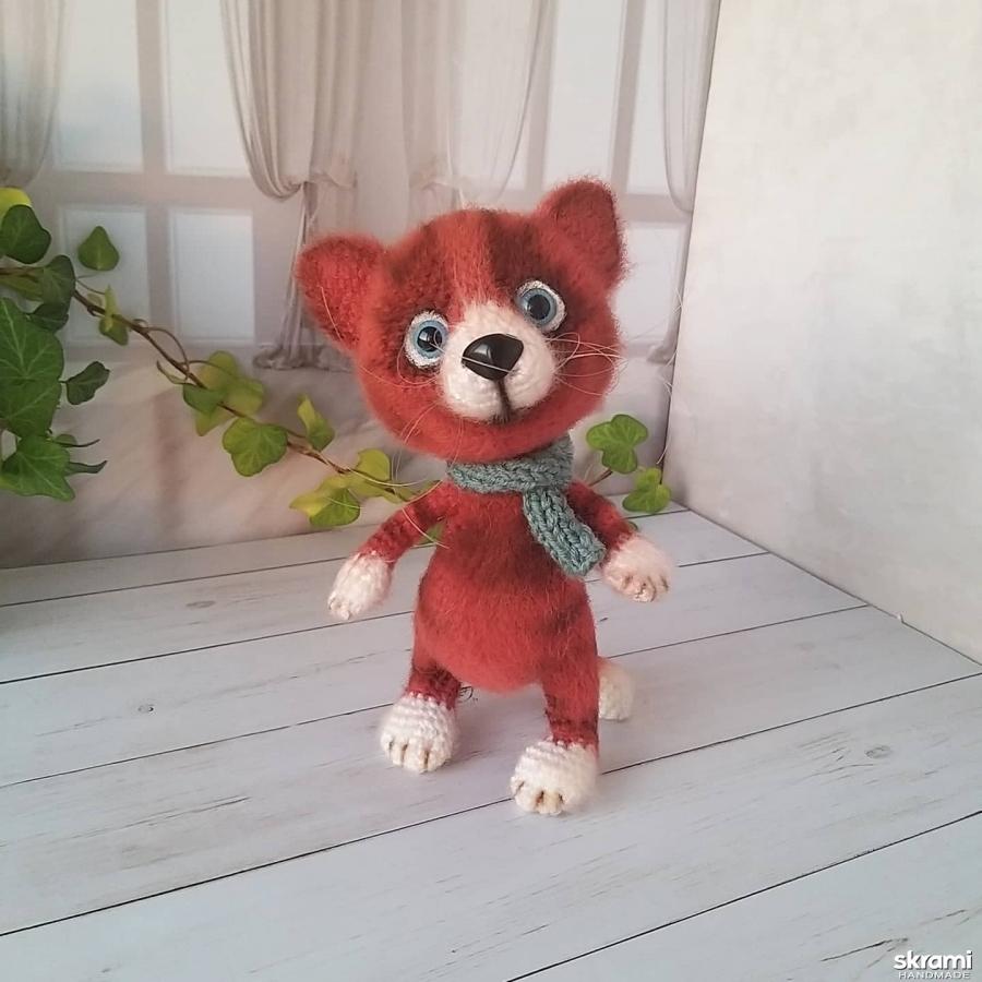тут изображено Рыжий кот- вязаная игрушка