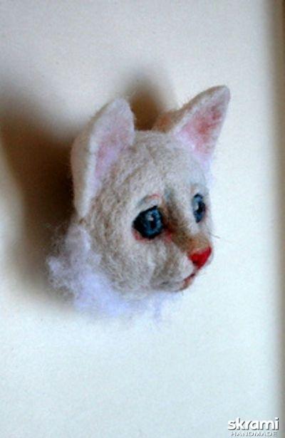 тут изображено Брошь. Белый котенок.