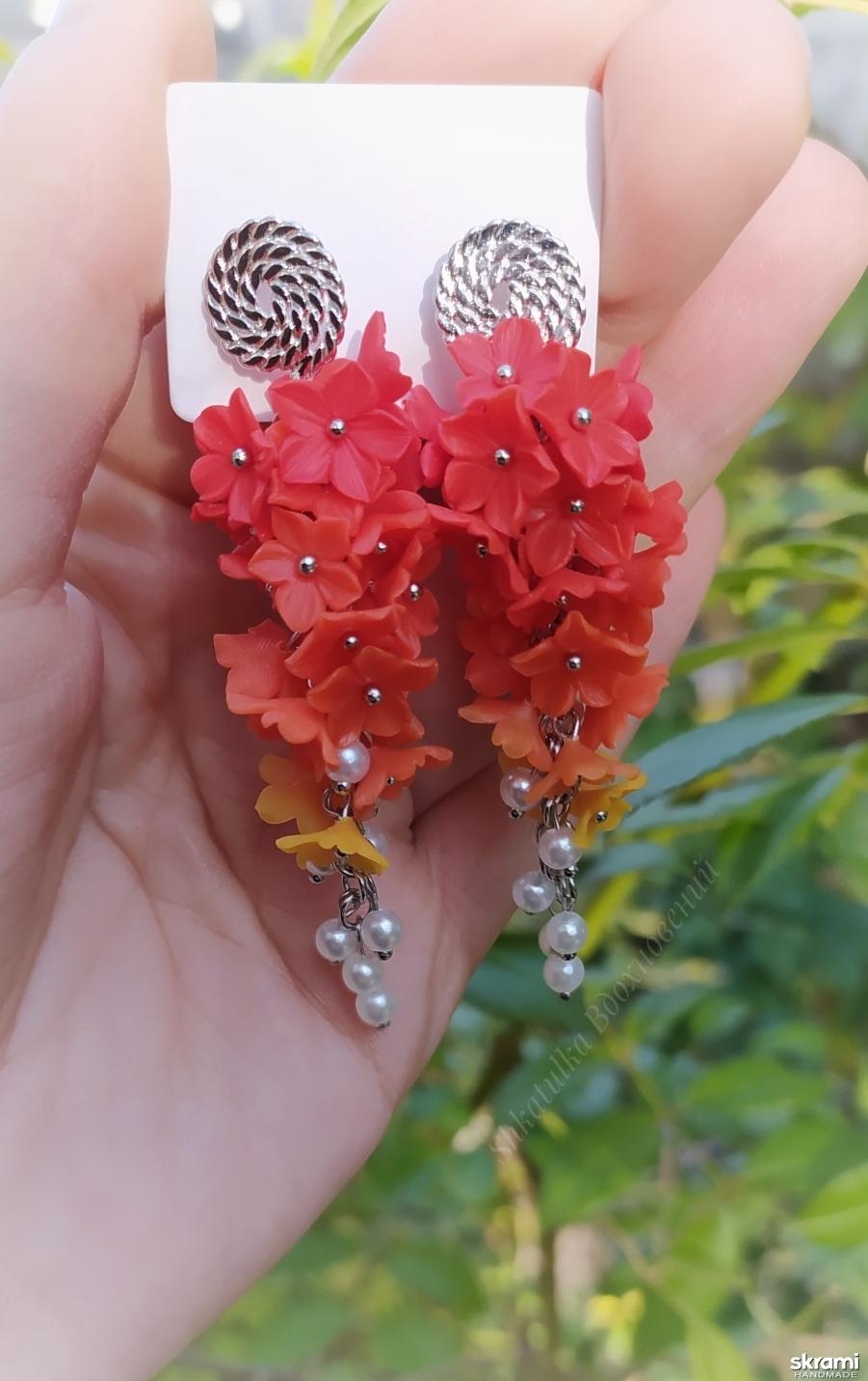 тут изображено Длинные серьги с цветами (45)