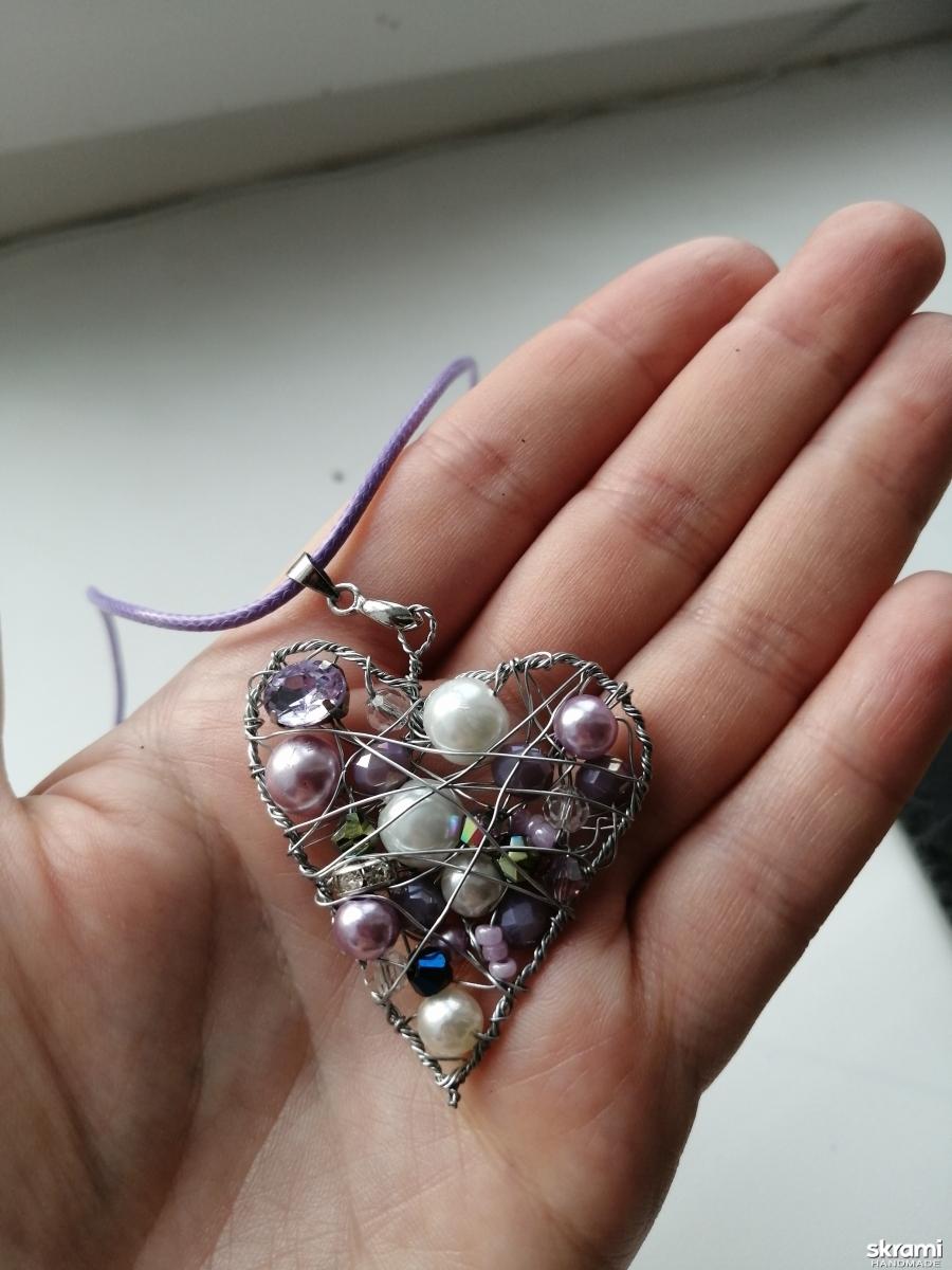 тут изображено Кулон ′сердце с бусинами′ на шнурке