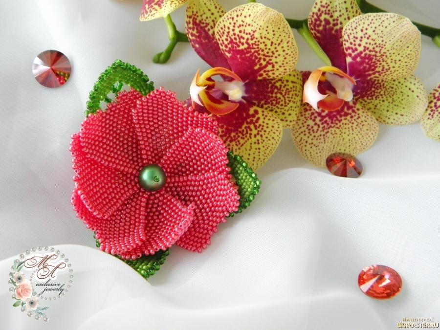 тут изображено Брошь из бисера «Фантазийный цветок».