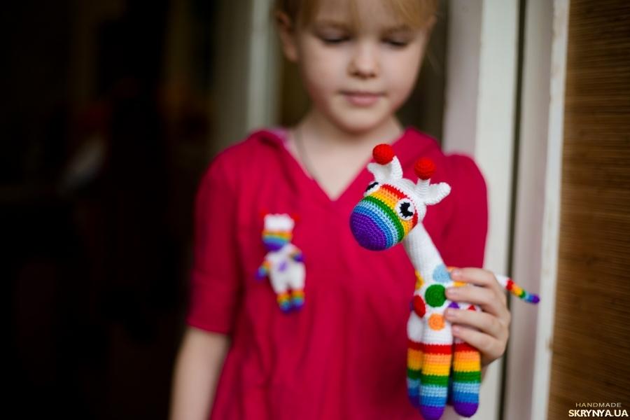 тут изображено Вязаная игрушка «Радужный жираф»
