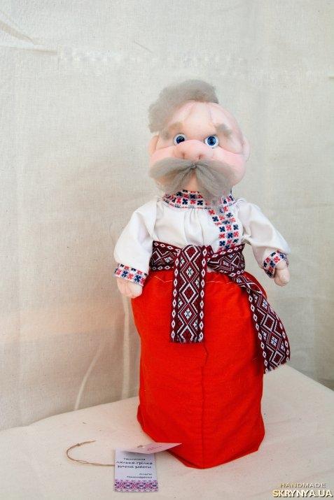 тут изображено «Текстильна лялька-грілка - дідусь Василь»