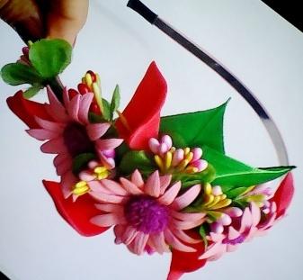 тут изображено Обруч с нежными цветами на бок