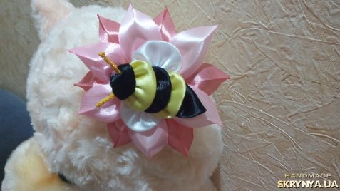 тут изображено Резиночки Пчёлки